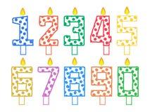 Grupo de velas para o bolo sob a forma dos números em um fundo branco ilustração do vetor