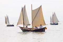 Grupo de veleros pequeños, viejos con el equipo femenino Fotografía de archivo