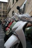 Grupo de vespas en línea en Firence, Italia foto de archivo