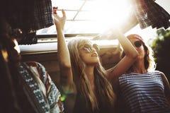 Grupo de viaje diverso de los amigos en viaje por carretera junto fotos de archivo libres de regalías