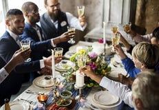 Grupo de vidros de vinho diversos do tinido dos povos junto Imagens de Stock Royalty Free