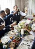 Grupo de vidros de vinho diversos do tinido dos povos junto Fotografia de Stock