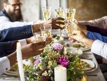 Grupo de vidros de vinho diversos junto Congratul do tinido dos povos imagens de stock royalty free