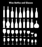 Grupo de vidros e de garrafas de vinho Imagens de Stock Royalty Free