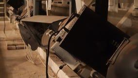 Grupo de viejas luces de teatro en el ático almacen de metraje de vídeo