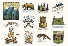 Grupo de vintage gravado, mão tirada, velha, etiquetas ou crachás para acampar, caminhada, caçando com montanhas, fogueira e fotografia de stock