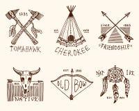 Grupo de vintage gravado, mão tirada, velha, etiquetas ou crachás para o indiano ou o nativo americano búfalo, machados e barraca Fotos de Stock