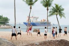 Grupo de voleibol del juego de los hombres en la playa Imágenes de archivo libres de regalías