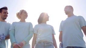 Grupo de voluntários que escutam o mentor no parque filme