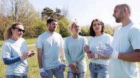Grupo de voluntarios que escuchan el mentor en parque metrajes