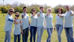 Grupo de voluntarios que muestran los pulgares para arriba en parque almacen de metraje de vídeo