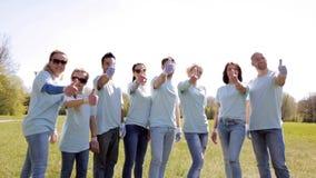 Grupo de voluntarios que muestran los pulgares para arriba en parque almacen de video