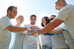Grupo de voluntarios que ponen las manos en el top al aire libre Fotografía de archivo