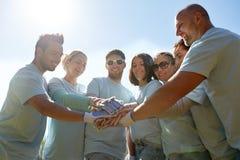 Grupo de voluntarios que ponen las manos en el top al aire libre Fotografía de archivo libre de regalías