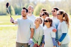 Grupo de voluntarios que toman el selfie del smartphone Imagen de archivo
