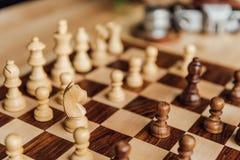 Grupo de xadrez no tabuleiro de xadrez Foco seletivo na figura branca do cavalo da xadrez Imagem de Stock Royalty Free
