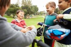 Grupo de Young Boys con las bicis en parque Imagen de archivo libre de regalías