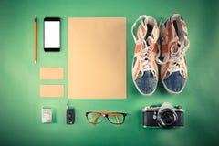 Grupo de zombaria retro do moderno acima O portátil, a câmera velha, a tabuleta e o fumo conduzem no fundo verde Imagem filtrada Fotos de Stock Royalty Free