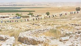 Grupo del viaje en el teléfono Arad Archaeology Park en Israel fotos de archivo