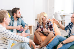 Grupo deleitado alegre de trabalhadores de escritório que jogam um jogo imagem de stock