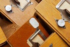 Grupo desordenado de cajones de madera viejos Imagen de archivo libre de regalías