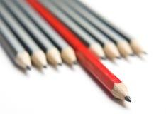 Grupo diagonal apretado de los lápices grises y rojos Foto de archivo libre de regalías
