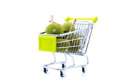 Grupo direito da vista de durians no trole Imagens de Stock