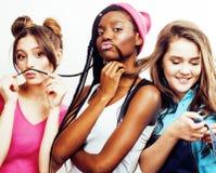 Grupo diverso das meninas da nação, hav alegre da empresa adolescente dos amigos foto de stock