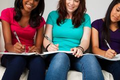 Grupo diverso de adolescentes studing Imágenes de archivo libres de regalías