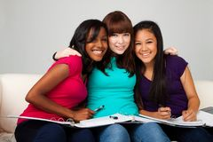 Grupo diverso de adolescentes studing Foto de archivo
