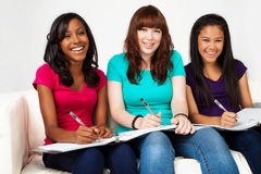Grupo diverso de adolescentes studing Imagen de archivo