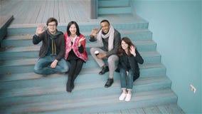 Grupo diverso de amigos que acenam as mãos fora vídeos de arquivo