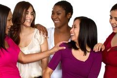 Grupo diverso de amigos que hablan y que ríen fotos de archivo libres de regalías