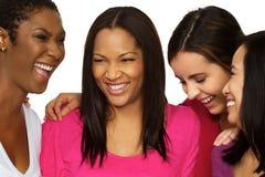 Grupo diverso de amigos que hablan y que ríen imagen de archivo