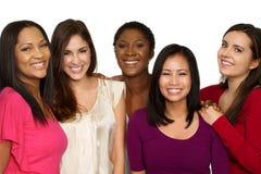 Grupo diverso de amigos que hablan y que ríen imagenes de archivo
