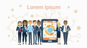 Grupo diverso de empresarios sobre la tableta de Digitaces con el negocio Team Presentation Or de Infographic de las finanzas stock de ilustración