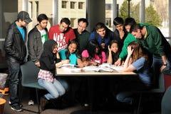 Grupo diverso de estudantes que interagem
