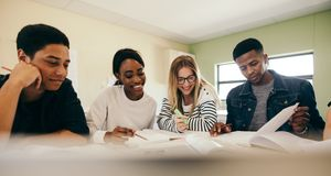 Grupo diverso de estudantes que preparam-se para o exame imagens de stock