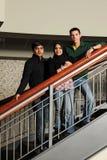 Grupo diverso de estudiantes universitarios imágenes de archivo libres de regalías