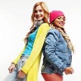 Grupo diverso de las muchachas de la nación, compañía adolescente de dos amigos del rase diverso alegre divirtiéndose, sonrisa fe Foto de archivo libre de regalías