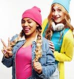 Grupo diverso de las muchachas de la nación, compañía adolescente de dos amigos del rase diverso alegre divirtiéndose, sonrisa fe Fotos de archivo