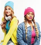 Grupo diverso de las muchachas de la nación, compañía adolescente de dos amigos del rase diverso alegre divirtiéndose, sonrisa fe Imagenes de archivo