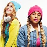 Grupo diverso de las muchachas de la nación, compañía adolescente de dos amigos del rase diverso alegre divirtiéndose, sonrisa fe Foto de archivo