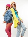 Grupo diverso de las muchachas de la nación, compañía adolescente de dos amigos del rase diverso alegre divirtiéndose, sonrisa fe Imágenes de archivo libres de regalías