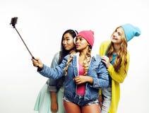 Grupo diverso de las muchachas de la nación, compañía adolescente de los amigos alegre divirtiéndose, sonrisa feliz, presentación Foto de archivo libre de regalías