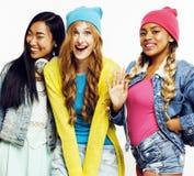 Grupo diverso de las muchachas de la nación, compañía adolescente de los amigos alegre divirtiéndose, sonrisa feliz, presentación Fotografía de archivo