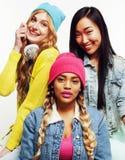 Grupo diverso de las muchachas de la nación, compañía adolescente de los amigos alegre divirtiéndose, sonrisa feliz, presentación Imagenes de archivo