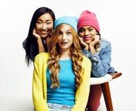 Grupo diverso de las muchachas de la nación, compañía adolescente de los amigos alegre divirtiéndose, sonrisa feliz, presentación Imágenes de archivo libres de regalías