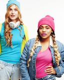 Grupo diverso de las muchachas de la nación, compañía adolescente de dos amigos del rase diverso alegre divirtiéndose, sonrisa fe Imagen de archivo libre de regalías