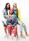 Grupo diverso de las muchachas de la nación, compañía adolescente de los amigos alegre divirtiéndose, sonrisa feliz, presentación Foto de archivo